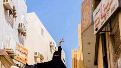 شاهد.. راقصةباليه بالنقاب تثير جدلًا في شارع البطحاء السعودية (صور)