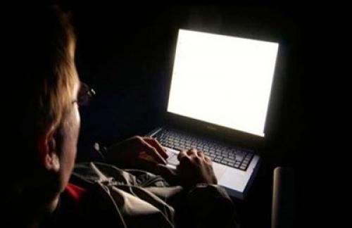 فتاة يمنية تتفاجأ بـ(صورها) على الإنترنت في أوضاع ''شبه_عارية.. شاهد كيف كانت النهاية