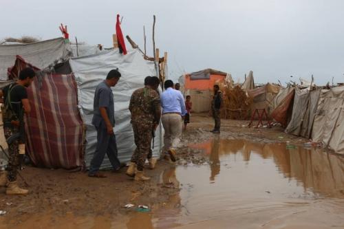 صور وفيديو..  مدير عام شرطة الحديدة يتفقد مخيمات النازحين في الخوخة.