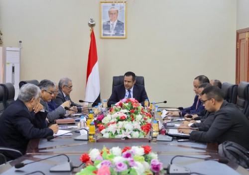 رئيس الوزراء يجتمع بمسؤولي البنك المركزي ويُقر جملة من التدابير الهادفة لتوفير استقرار الاقتصاد وسعر الصرف