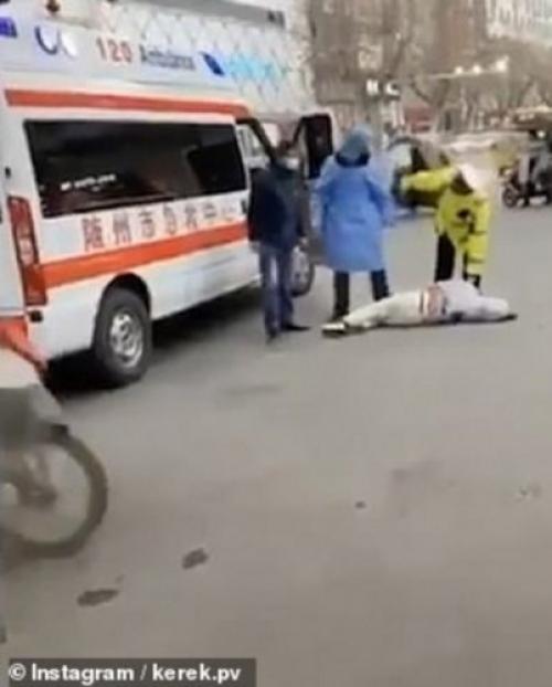 بـ(الفيديو).. مشاهد مخيفة لضحايا القاتل كورونا يتساقطون في شوارع الصين