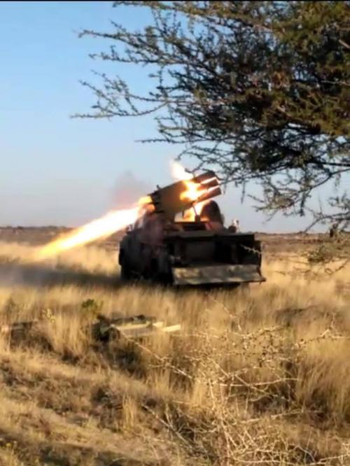 عاجل..  مدفعية وراجمات لواء الاماجد تصبب مليشيات الحوثي في مراكز تواجدها بمكيراس