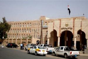 الحوثي يقرر صرف نصف راتب سنوي مغمس بإجراءات تعسفية شديدة