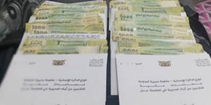 توزيع مساعدات مالية لنازحي المراوعة بعدن بدعم من قيادة المقاومة بالمديرية