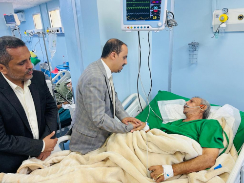 وزير الاعلام والثقافة والسياحة يطمئن على صحة الكاتب الكبير ميفع عبدالرحمن