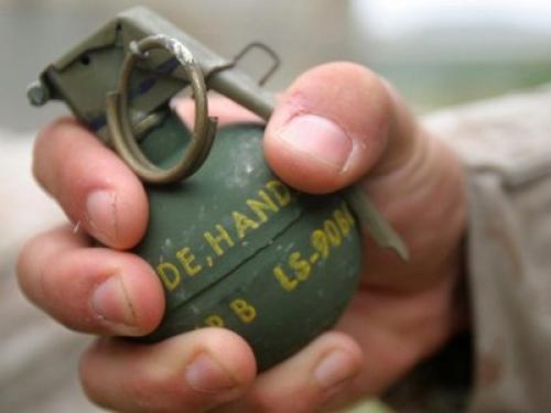 قيادي حوثي في صنعاء يفجّر قنبلة يدوية وسط «12» سيارة - تفاصيل