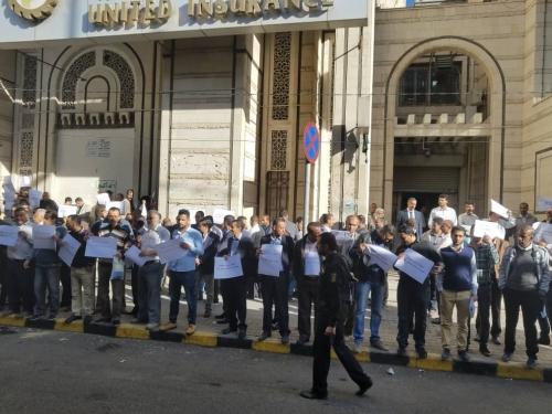 موظفو بنك التضامن في صنعاء ينفذون وقفة احتجاجة على خلفية احتجاز الحوثيين زملاء لهم - صور
