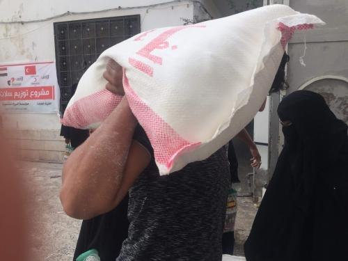 الهلال الأحمر التركي يوزع 123 سلة غذائية بعدن اليمنية