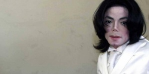 """بعد 10 سنوات.. خادمة مايكل جاكسون تفضح سره """"المشين"""""""