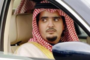 """الأمير السعودي المعارض """"عبدالعزيز ابن فهد"""" يفاجئ عمه الملك سلمان ويزوره في قصره.. شاهد كيف استقبله الملك؟ (صورة)"""