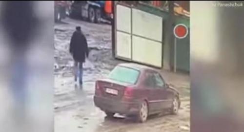 شخص يلقي قنبلة داخل سيارة أصدقائه ويفجرهم .. والسبب صادم !... فيديو