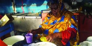 موريتانيا امرأة تنافس مصانع الألبان بوسائل تقليدية