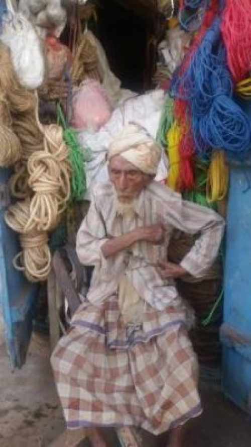شاهد..  مواطن يمني من مواليد1900 ومازال يعمل بالتجارة في الحديدة