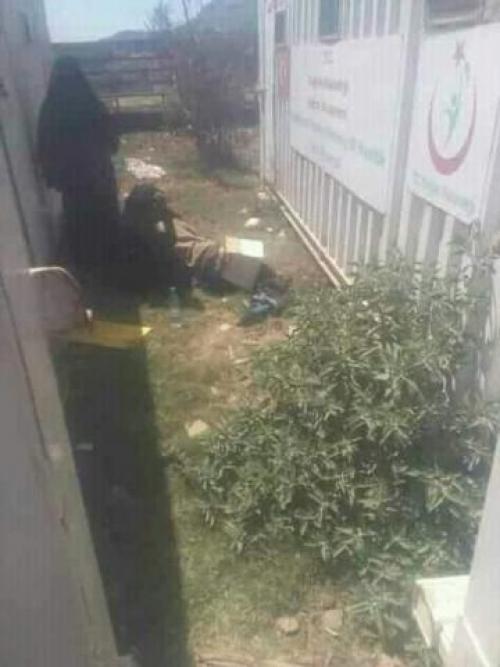 يمنية تضع مولودها في حوش مستشفى حكومي في تعز.. صورة