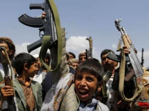 """مقطع """"فيديو"""" يكشف عن سقوط اخلاقي للحوثيين في جبهات القتال"""