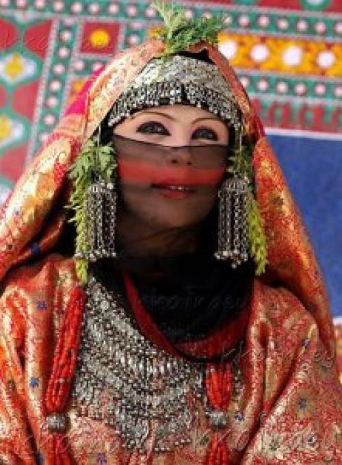 شاهد الزي اليمني الذي يظهر جمال الفتيات والنساء ويتحدى الموضة