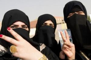 حسناء سعودية معجبة بصانع التميز تصوره وهي تغني له !