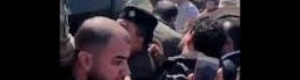 شاهد الرئيس (صالح) يتعرض للرشق بالحجارة من قبل محتجين..