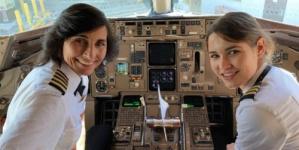 """ام وابنتها """"طاقم عائلي"""" لقيادة طائرة ركاب برحلة جوية أميركية"""
