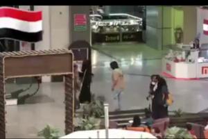 فتاة اوقفت شاب يمني واشتكت له ان احدهم تحرش بها .. شاهد بالفيديو كيف كانت ردة فعله مذهلة للجميع