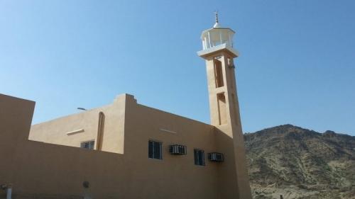 صور لشاب وفتاة أمام أحد المساجد تثير جدلا بالسعودية.. تعرف إلى القصة