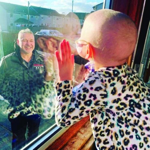 بريطانيا: طفلة مصابة بالسرطان يمنعها «كوفيد19-» من تقبيل والدها