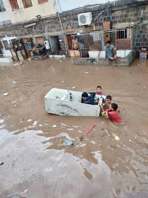 عدن: مياه الأمطار تتسبب بكوارث بشرية.. والسكان يناشدون