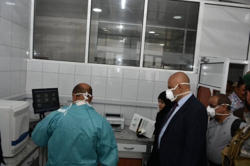 محافظ تعز يطلع على استعدادات المختبر المركزي لمواجهة مخاطر تفشي وباء كورونا