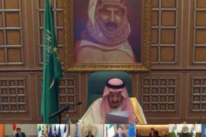 صورة مؤسس المملكة خلف نجله سلمان تثير التكهنات والخارجية السعودية توضح