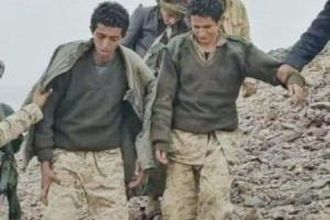 """بالفيديو : شاهد عنصر حوثي ذهب لإحضار """"القات"""" لزملائه وعند عودته تفاجأ بأن المتواجدين في الموقع من الجيش الوطني"""
