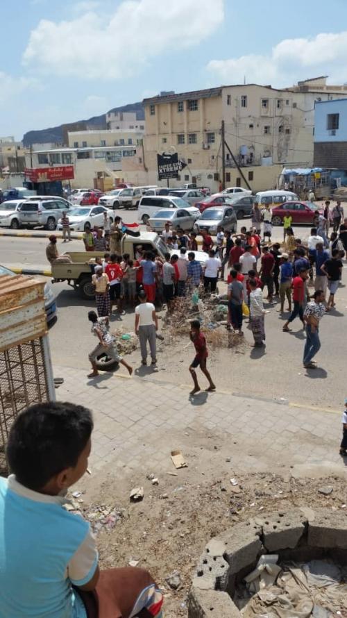مطلبهم واحد..   سكان في عدن يحاصرون مؤسسة المياه سلميا.. صور