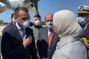 شاهد كيف صافح وزير الخارجية الإيطالي أحد جنود الجيش المصري لحظة نقل مساعدات طبية إلى بلاده