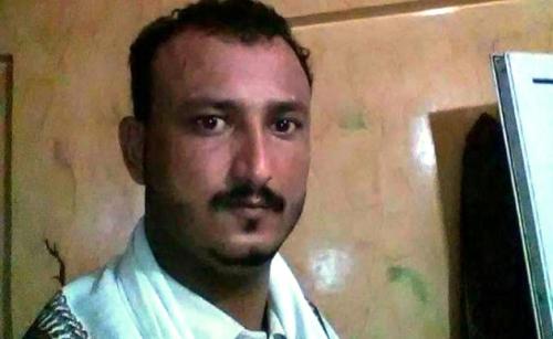 شاهد ..  مسلحون يقتلون بائع القات الشرعبي في عدن ويتركونه جثة هامدة على الأرض