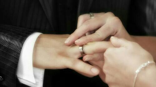 ''منح كل هذه الملايين لمن يتزوج الثانية'' نبأ مثير يشعل ضجة عارمة في دولة عربية (شاهد)