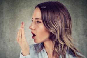 طرق طبيعية لقتل البكتيريا المسببة لرائحة الفم الكريهة
