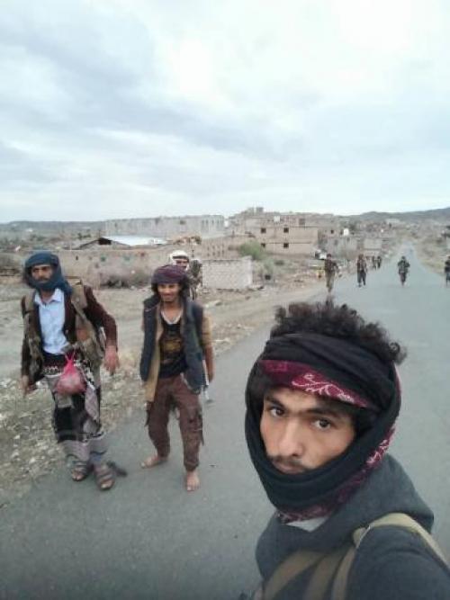 """شاهد.. نشر صور لأول مرة لأبطال المقاومة من داخل منطقة """"طياب"""" بعد تحريرها واقتلاع شعار مليشيا الحوثي"""