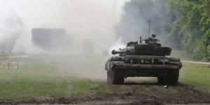 فيديو مذهل لدبابة ألمانية تسحق سيارة BMW.. حولتها إلى قطع صغيرة في لحظات (فيديو)