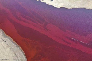 نهر روسي يتحول إلى لون الدم وبوتن يعلن حالة الطوارئ