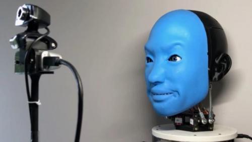 """إيفا.. روبوت قادر على التواصل """"نفسيا"""" مع البشر"""