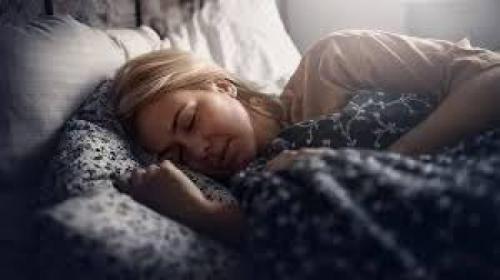 نامت بجوار جثة والدتها ليلا.. وفي منتصف الليل استيقظت ونظرت إليها فسقطت مغشياً عليها من هول الصدمة..