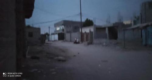 أهالي حي سكني في لحج دون كهرباء منذ 24 ساعة وطوارئ المؤسسة لا ترد