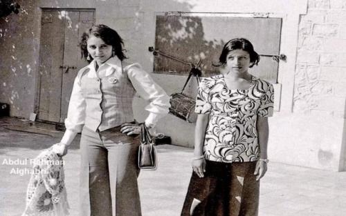 لاحظ لباسهن :  شاهد .. صورة فتاتين من صنعاء وعدن قبل 40 عام