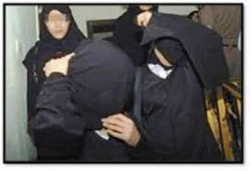 القبض على ثلاثة يمنيين أعيان مع نساء بأحد الفنادق في وضع شاذ !