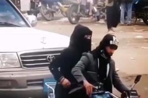 شاهد الفيديو .. شابة يمنية تركب فوق الدراجة النارية خلف السائق بكل ثقة امام الناس