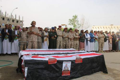 الشرعية تشيع جثمان قائدها العسكري بعد إعدامه من قبل الحوثيين وإحراق جسده(صور)