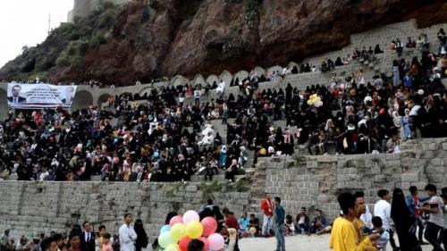 العزكي يحيي حفلا فنيا بحضور جماهيري كبير في مهرجان القاهرة بتعز