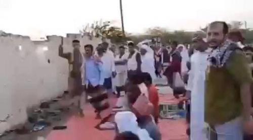 خطيب حوثي يثير غضب المواطنين بصلاة غريبة .. لينتهي مصيره بهذا الحال !
