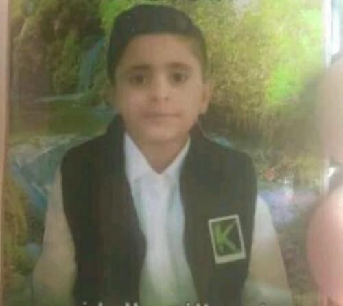 شاهد فيديو مؤثر .. مقتل طفل يمني بثأر قبلي دون رحمة رغم محاولته الاختباء في بقالة