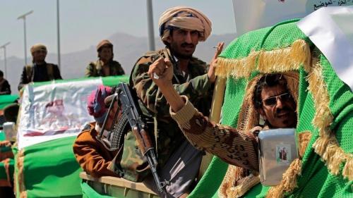 اليمن.. 13 أباً وأماً دفعوا حياتهم ثمناً لدورات الحوثيين الطائفية...(صورة)