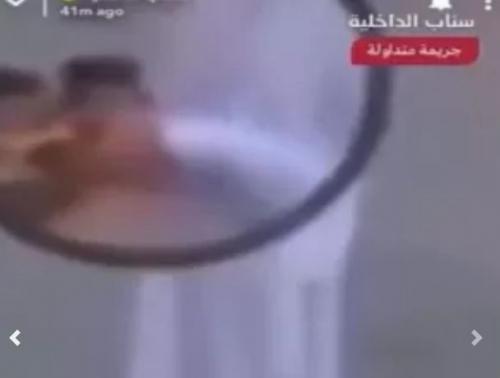 فعل مشين ..  شاهد ما يفعله عامل توصيل وجبات الطعام بالسعودية قبل تسليمها للناس